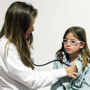 alumna-en-clinica-de-colegio-iale